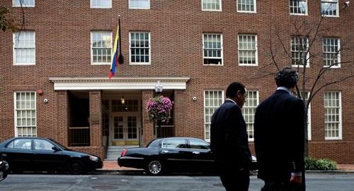 Bên ngoài đại sứ quán Venezuela ở Washington, Mỹ. Ảnh: AFP.