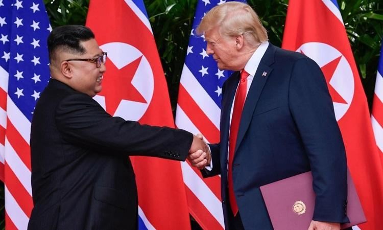 Tổng thống Mỹ Donald Trump (phải) và Chủ tịch Triều Tiên Kim Jong-un tại hội nghị thượng đỉnh lần đầu ở Singapore tháng 6/2018. Ảnh: AFP.