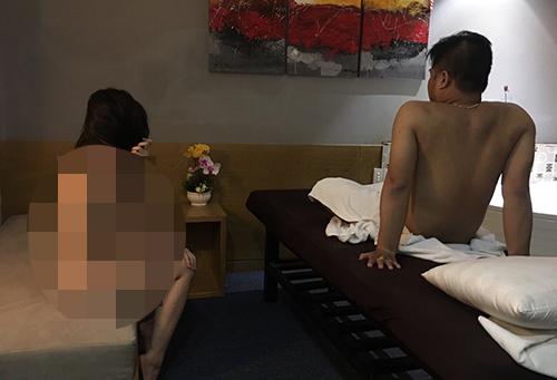 Nữ nhân viên bị bắt quả tang trong tình trạng lõa thể. Ảnh: Quốc Thắng.