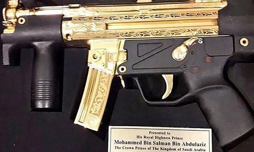 Khẩu HK MP5 mạ vàng doPakistan tặng Thái tử Arab Saudi. Ảnh: CNN.
