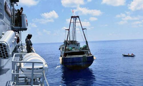 Các binh sĩ trên một tàu hải quân Indonesia (trái) giám sát tàu cá treo cờ Trung Quốc gần quần đảo Natuna hồi tháng 6/2016. Ảnh: Reuters.