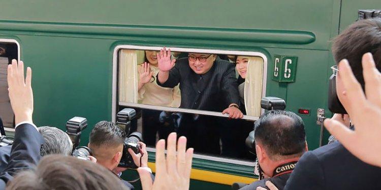 Lãnh đạo Triều Tiên Kim Jong-un (giữa) trên chuyến tàu trở về Bình Nhưỡng sau chuyến thăm Bắc Kinh năm 2018. Ảnh: AP.