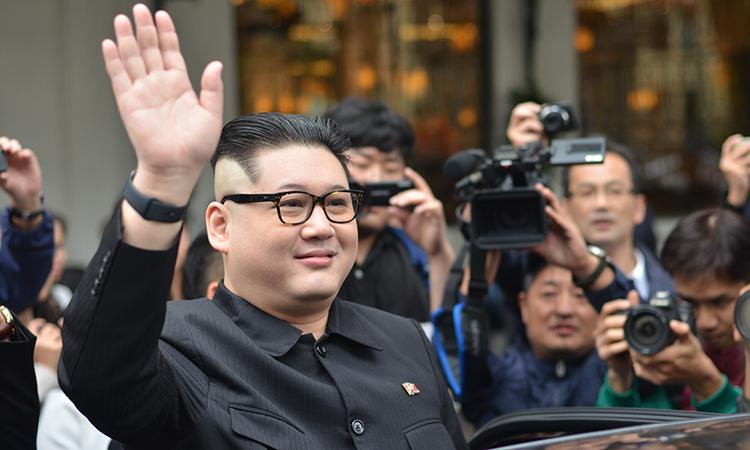 Bản sao Kim Jong-un vẫy chào truyền thông và người dân tại Hà Nội. Ảnh: Vũ Anh