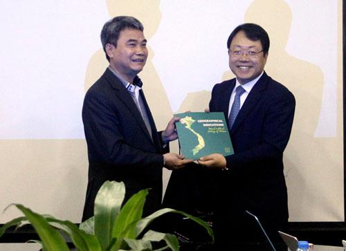 Cục trưởng Đinh Hữu Phí (bìa trái) và chuyên gia KIPA. Ảnh. M. Hà.