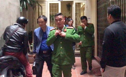Cảnh sát rời nhà ông Tuấn sau cuộc khám xét.