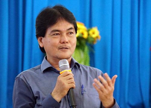 Ông Huỳnh Thanh Phú, Hiệu trưởng trường THPT Nguyễn Du trình bày chuyên đề Dạy học 4.0. Ảnh: Mạnh Tùng.