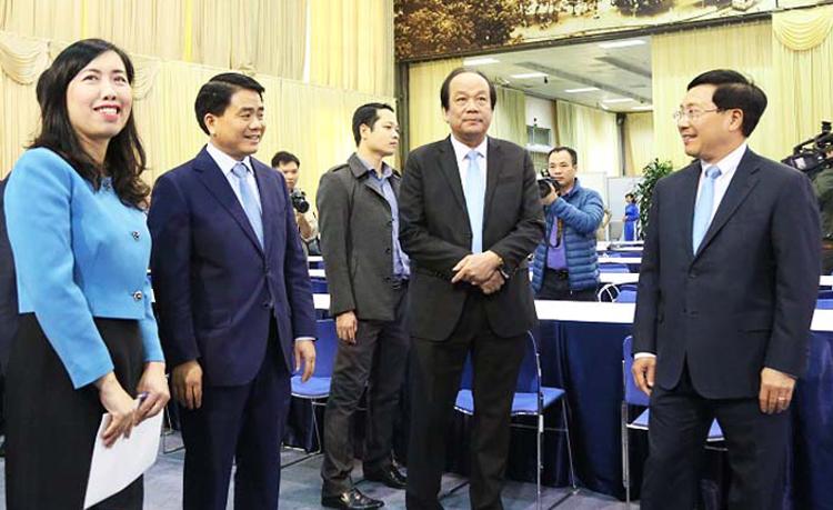 Phó thủ tướng Phạm Bình Minh cùng nhiềulãnh đạo đi thăm cơ sở vật chất của Trung tâm báo chí. Ảnh:Võ Hải.