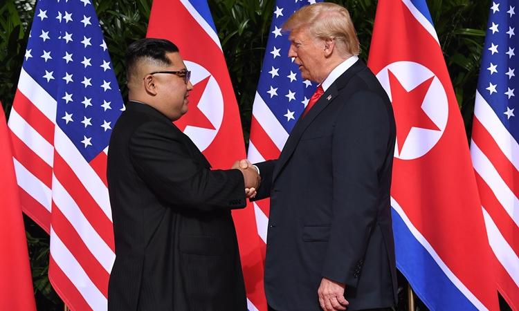 Tổng thống Mỹ Donald Trump (phải) và lãnh đạo Triều Tiên Kim Jong-un tại hội nghị thượng đỉnh đầu tiên ở Singapore hồi tháng 6 năm ngoái. Ảnh: AFP.