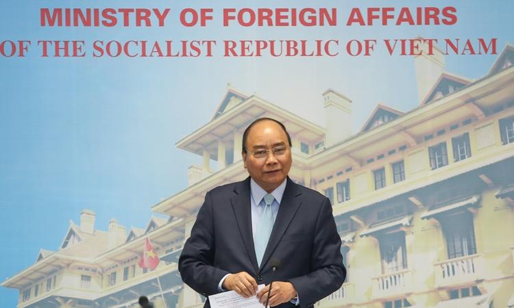 Thủ tướng Nguyễn Xuân Phúc trong buổi làm việc với Bộ Ngoại giao ngày 24/2. Ảnh: Văn Đương.