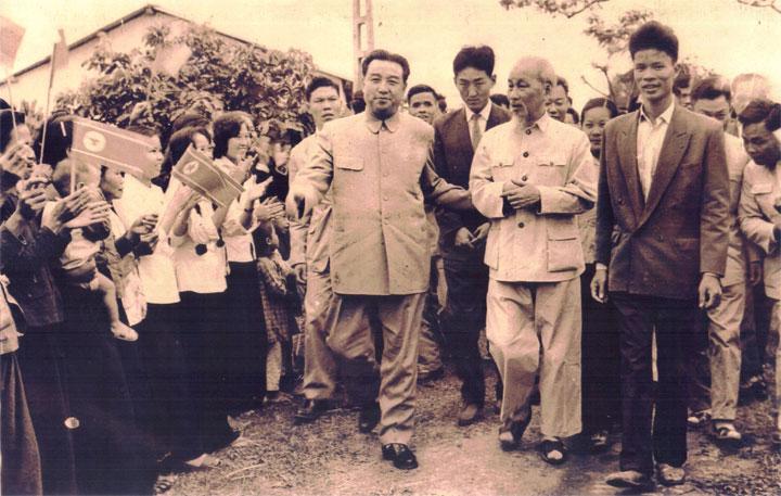 Lãnh đạo Triều Tiên Kim Nhật Thành (hàng đầu, bên trái) cùng Chủ tịch Hồ Chí Minh thăm Hợp tác xã Việt - Triều hữu nghị tại Xuân La, Tây Hồ, Hà Nộitháng 11/1964. Ảnh: dangcongsan.vn