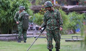 Cảnh sát đứng gác, công binh dò mìn trước khách sạn JW Marriott