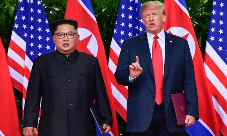 Lãnh đạo Triều Tiên Kim Jong-un (trái) và Tổng thống Mỹ Donald Trump tại hội nghị thượng đỉnh ở Singapore hồi tháng 6 năm ngoái. Ảnh: AP.