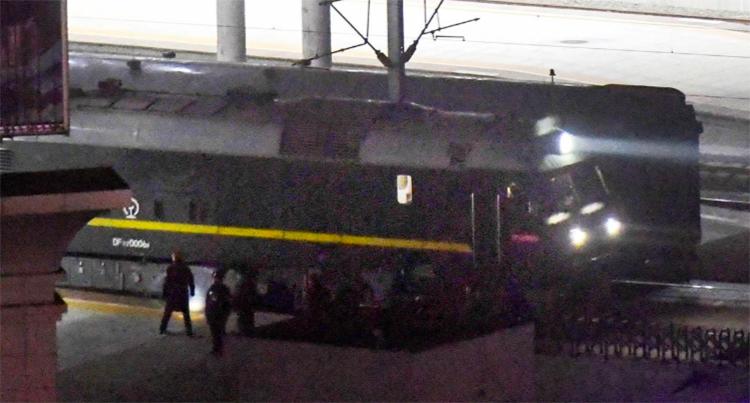 Đoàn tàu được cho là chở Kim Jong-un rời ga thành phố Đan Đông, Trung Quốc hôm 23/2. Ảnh:ReutersCaption]