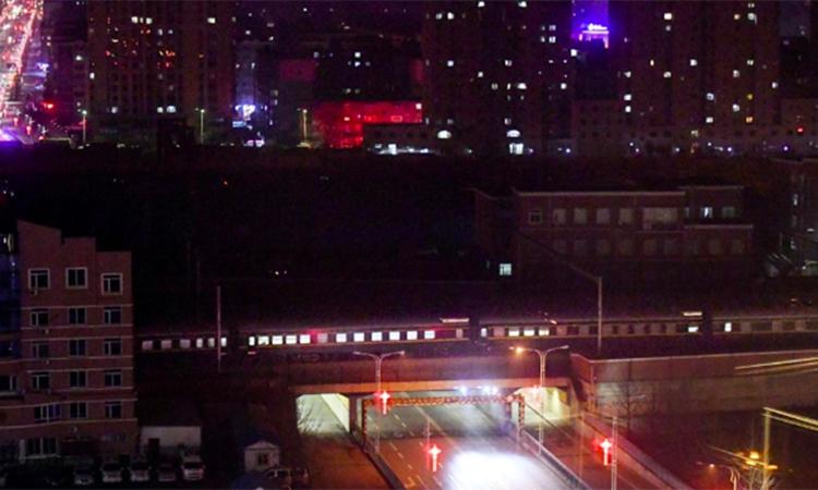 Đoàn tàu được cho là chở Kim Jong-un qua ga thành phố Đan Đông, Trung Quốc hôm 23/2. Ảnh: Reuters
