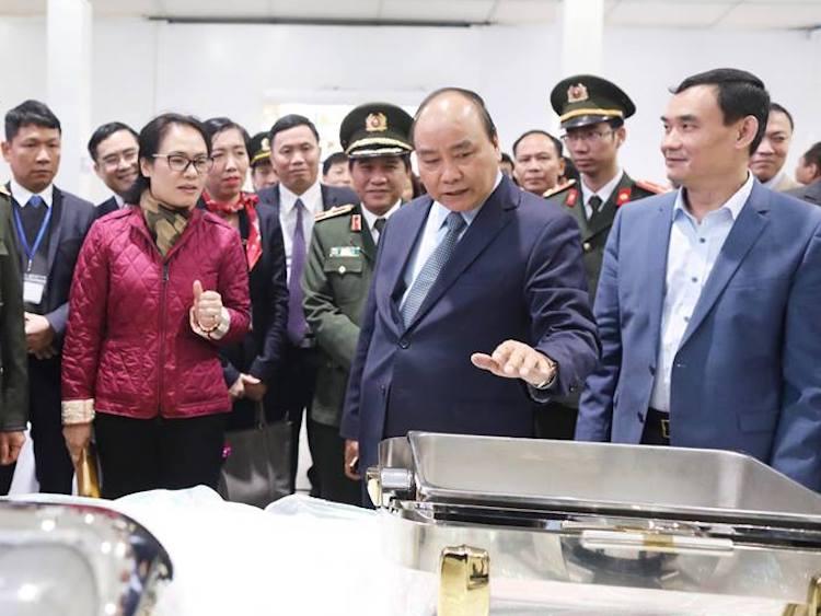 Thủ tướng tham quan khu nhà ăn của trung tâm báo chí quốc tế tại Cung Văn hoá Hữu Nghị. Ảnh: Ngọc Thành