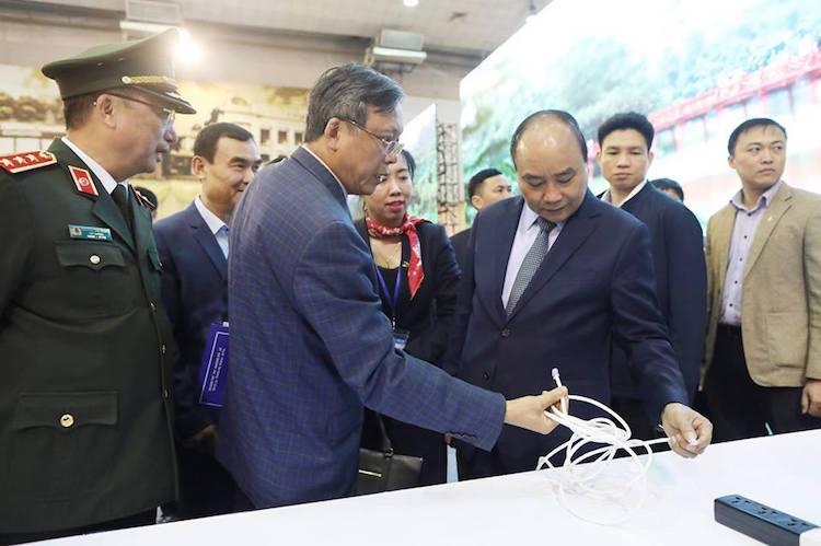 Thủ tướng thăm khu làm việc của phóng viên và yêu cầu đảm bảo đường truyền internet thông suốt, có phương án đối phó với các hoạt động phá hoạt. Ảnh: Ngọc Thành