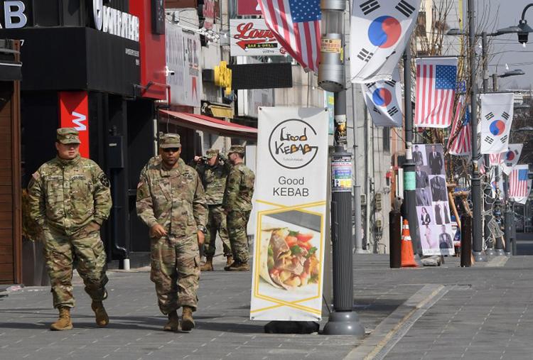 Lính Mỹ đi qua khu mua sắm, ăn uống bên ngoàiTrại Humphreys ở thành phố Pyeongtaek. Ảnh: AFP
