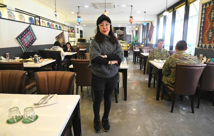 Bà Choi Eun-heetại nhà hàng Thổ Nhĩ Kỳ của mình bên ngoài TrạiHumphreys ở Pyeongtaek. Ảnh: AFP