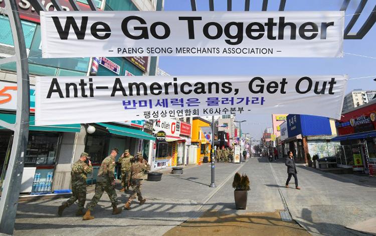 Các biểu ngữ Phản đối Mỹ thì ra khỏi đây, Chúng tôi đi cùng nhau được các tiểu thương giăng lên gần TrạiHumphreys ở Pyeongtaek. Ảnh:AFP