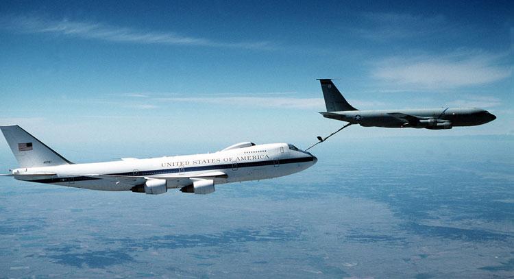 Chuyên cơ Air Force One được tiếp liệu trên không. Ảnh: Lầu Năm Góc.