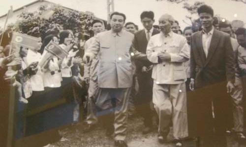 Chủ tịch Hồ Chí Minh (thứ hai từ trái sang)và Thủ tướng Triều Tiên Kim Nhật Thành (đi bên cạnh, phía tay trái) tại huyện Từ Liêm tháng 12/1958. Ảnh: dangcongsan.vn