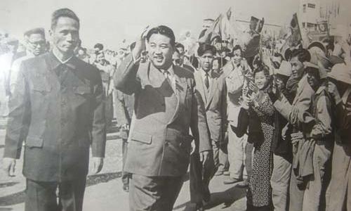 Thủ tướng Phạm Văn Đồng (trái) và Thủ tướng Triều Tiên Kim Jong-un tại Hà Nội cuốitháng 11/1958. Ảnh: dangcongsan.vn.