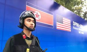 Cảnh sát cơ động tăng cường an ninh nơi đoàn Mỹ lưu trú