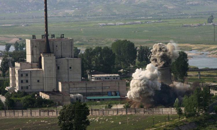 Tháp giải nhiệt tại khu phức hợp hạt nhân Yongbyon, Triều Tiên bị phá hủy hồi tháng 6/2008. Ảnh: AP.