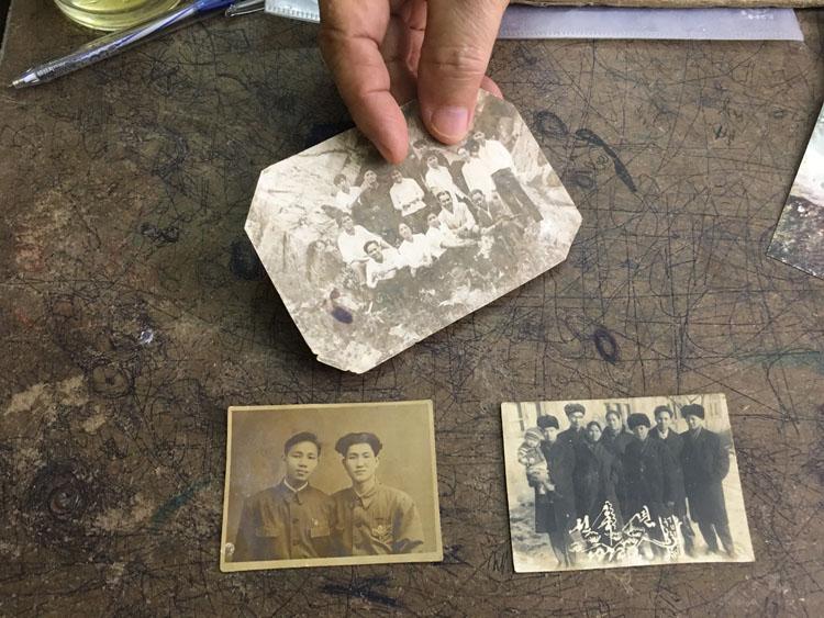 Ông Lê Ngọc Túc bày những bức ảnh chụp ở Triều Tiên từ năm 1965 đến 1971. Ảnh: Hạnh Phạm.