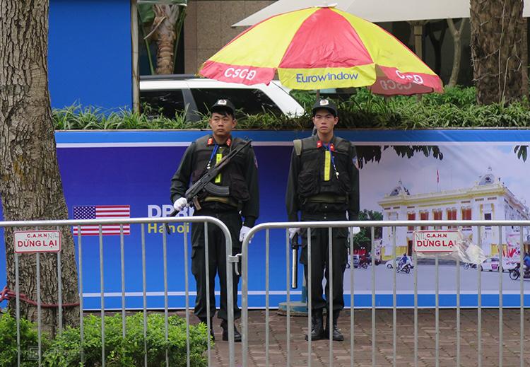 Cảnh sát bảo vệ quanh khách sạn Melia. Ảnh: Việt Dũng.