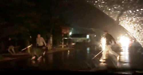 Các thành viên thuộc 2 nhóm côn đồ cầm kiếm, dao phóng lợn gắn tuýp sắt rượt đuổi nhau trên quốc lộ 39B, đoạn qua huyện Kiến Xương (Thái Bình).