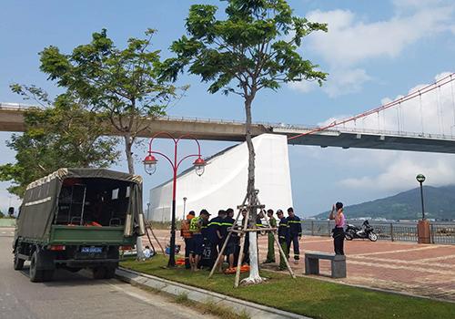 Công an đang tìm kiếm thi thể bé gái ở khu vực gần cầu Thuận Phước. Ảnh: N.T.