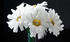 Làm hoa trang trí từ giấy và kẹo