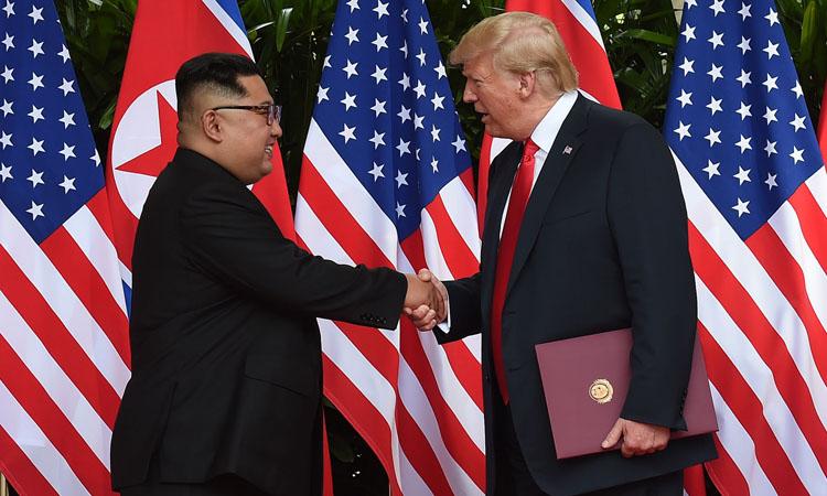 Tổng thống Mỹ Donald Trump (phải) và Chủ tịch Triều Tiên Kim Jong-un tại hội nghị ở Singapore tháng 6/2018. Ảnh: AFP.