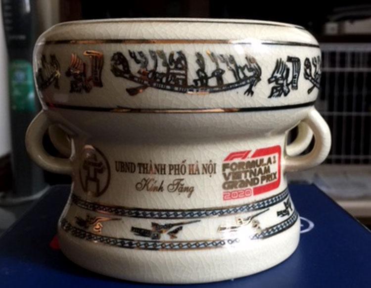 Mô hình trống đồng bằng gốm Chu Đậu - món quà Hà Nội tặng các phóng viên đưa tin hội nghị thượng đỉnh Mỹ - Triều. Ảnh: HT