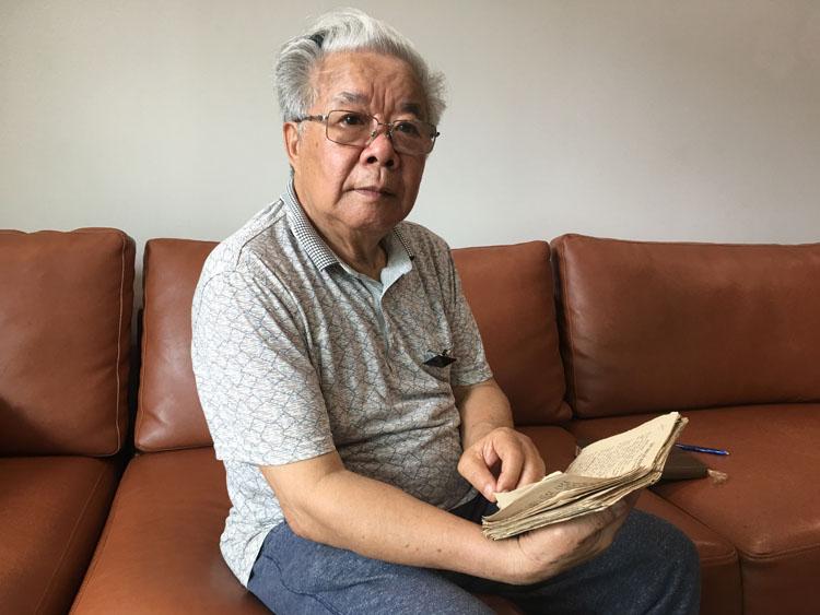 Nguyễn Quang Thuyết cầm trên tay cuốn sổ thơ do ông tự sáng tác ghi lại mọi kỷ niệm ở Triều Tiên. Ảnh: Hạnh Phạm.