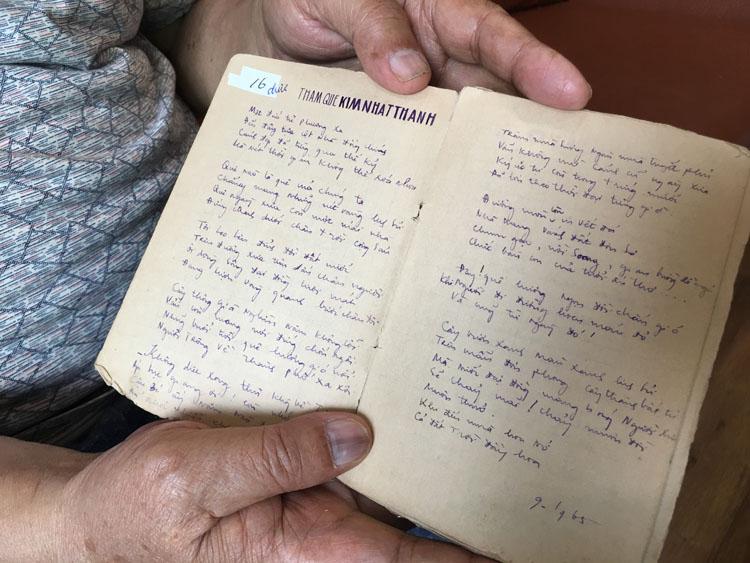 Nguyễn Quang Thuyết mở bài thơ Thăm quê Kim Nhật Thành trong cuốn sổ