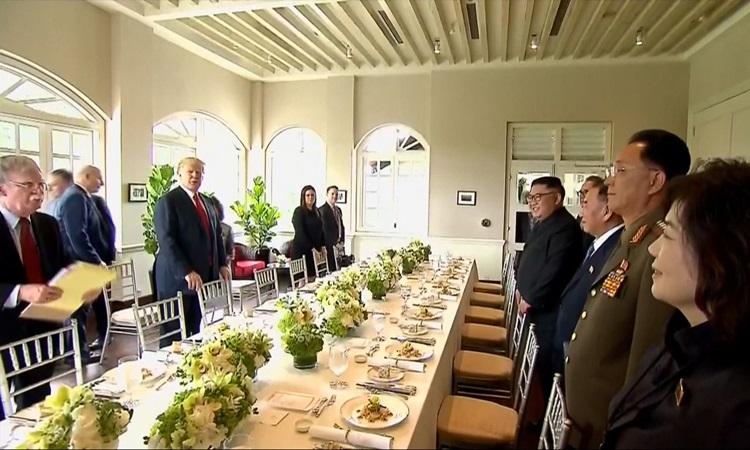 Phái đoàn Mỹ - Triều dùng bữa trưa tại hội nghị thượng đỉnh lần thứ nhất ở Singapore tháng 6/2018. Ảnh: Reuters