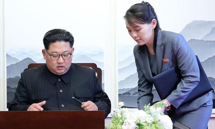 Kim Yo-jong đứng bên cạnhKim Jong-un khi ông ký tên vào sổ lưu niệm tại Panmunjomtháng 4/2018. Ảnh: AFP.