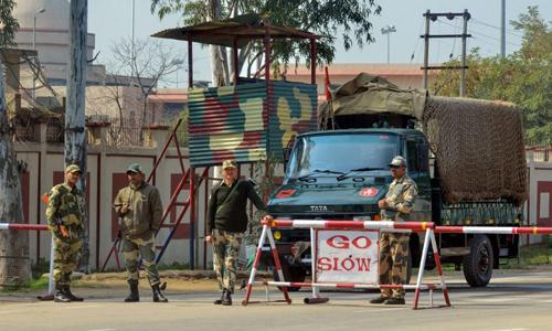 Lực lượng An ninh Biên giới Ấn Độ đứng gác ở khu vực biên giới với Pakistan tại bang Punjab hôm 26/2. Ảnh: AFP.