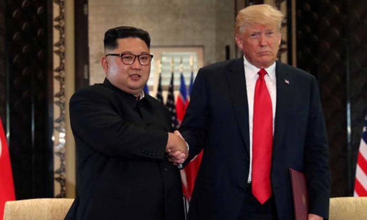 Tổng thống Mỹ Donald Trump (phải) và Chủ tịch Triều Tiên Kim Jong-un tại hội nghị thượng đỉnh đầu tiên ở Singapore hồi tháng 6 năm ngoái. Ảnh: Reuters.