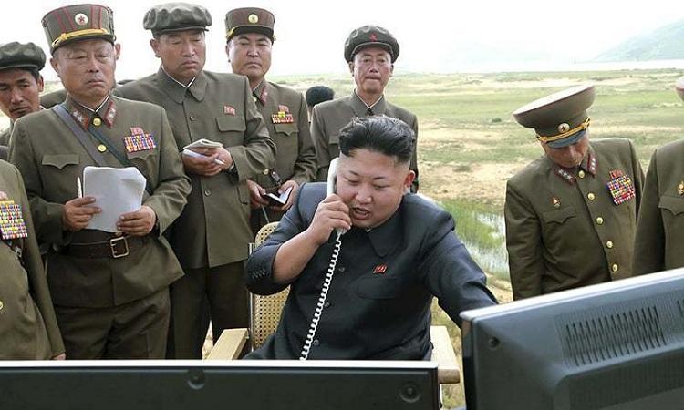 Chủ tịch Triều Tiên Kim Jong-un liên lạc với các sĩ quan cấp cao quân đội trong một chuyến thị sát hồi năm 2017. Ảnh: KCTV.