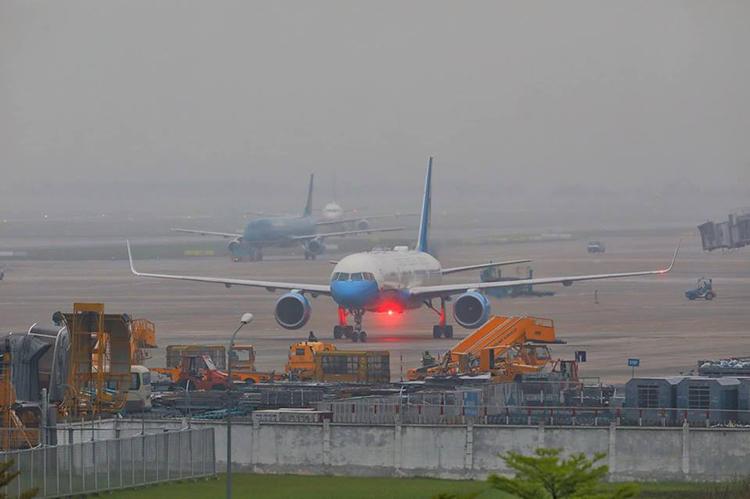 Máy bay chở cố vấn an ninh Mỹ hạ cánh xuống Nội Bài. Ảnh: Ngọc Thành