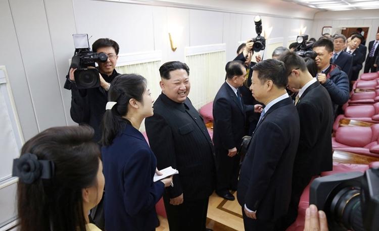 Lãnh đạo Triều Tiên Kim Jong-un mời các quan chức Trung Quốc lên tàu tháng 3/2018. Ảnh:KCNA.