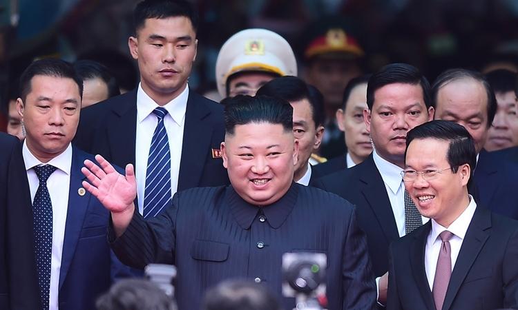 Chủ tịch Triều Tiên Kim Jong-un đến ga Đồng Đăng, Lạng Sơn, sáng nay. Ảnh: Giang Huy.