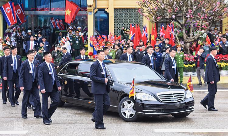 Kim Jong-un trên chiếc S600 Pullman Guard rời ga Đồng Đăng, các vệ sĩ chạy xung quanh. Ảnh: Giang Huy