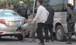 An ninh Mỹ và chó nghiệp vụ rà soát sân bay Nội Bài