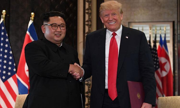 Tổng thống Mỹ Donald Trump (phải) bắt tay Chủ tịch Triều Tiên Kim Jong-un tại hội nghị thượng đỉnh ở Singapore hồi tháng 6/2018. Ảnh: AFP.