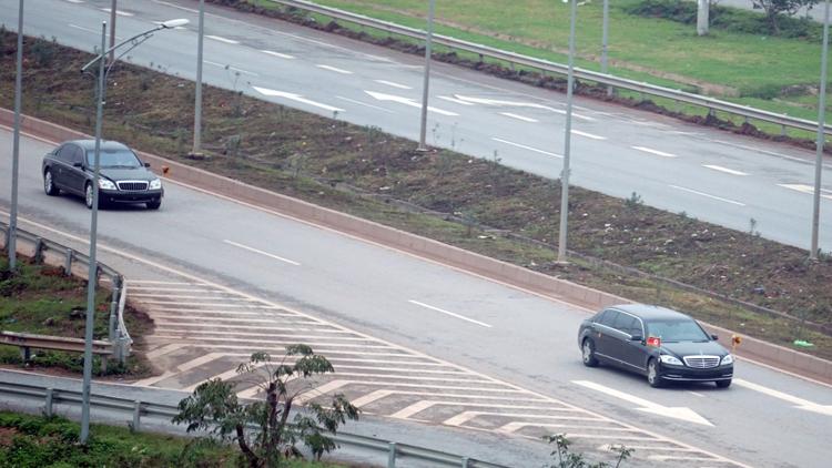 Maybach 62S chạy cách vài chục mét, phía sau xe chở nhà lãnh đạo Triều Tiên. Ảnh: Anh Tú