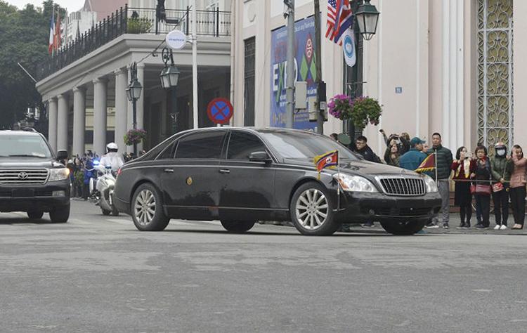 Maybach 62S khi qua khu vực Nhà hát lớn Hà Nội. Ảnh: Tất Định